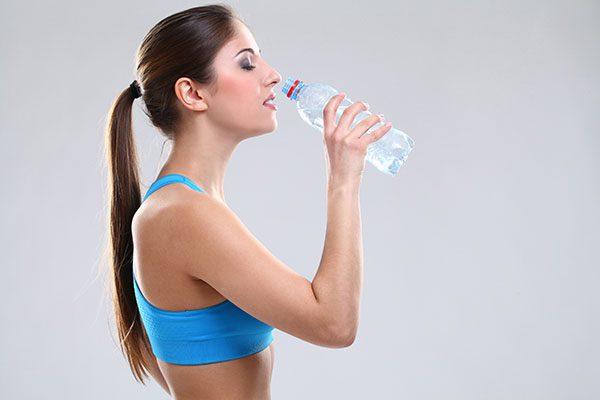 beber agua embotellada